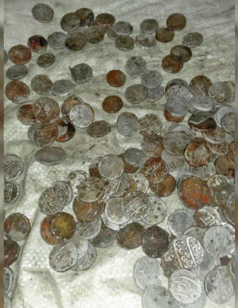 जगदलपुर : किसान के खेत में मुगलकालीन चांदी के सिक्के मिले