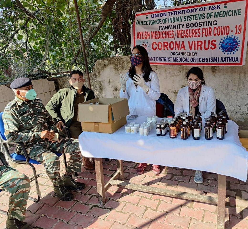 बसोहली थाने में महिला आयुर्वेद चिकित्सकों द्वारा लगाया गया जागरूकता शिविर, पुलिस कर्मियों को निशुल्क दवाईयंा वितरित की