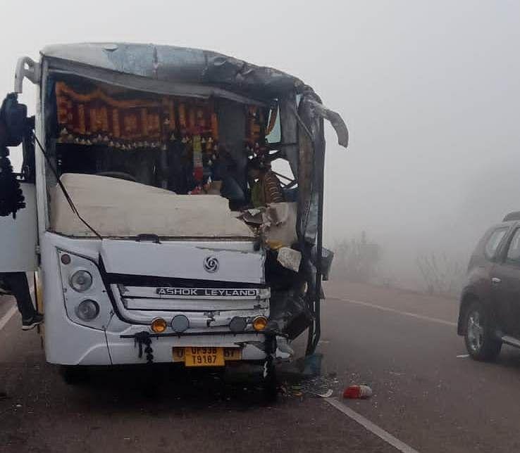 हाइवे पर खड़ी बस में पीछे जा टकराई बस, 36 से अधिक यात्री घायल