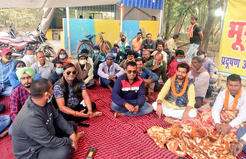 BJP leader supports person sitting on hunger strike against Jharkhand Ispat
