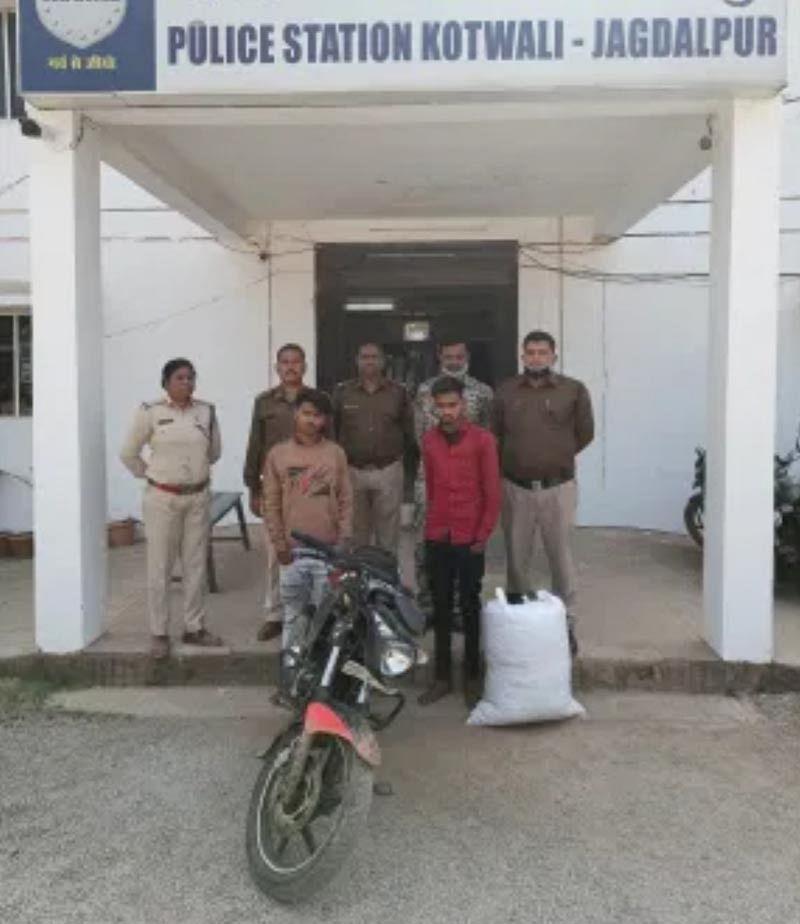 जगदलपुर : मोटरसाइकिल से 21 किलो अवैध गांजा परिवहन करते दो तस्कर गिरफ्तार