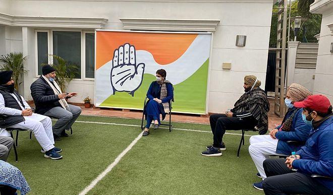 धरने पर बैठे कांग्रेस नेताओं से मिलीं प्रियंका, बोलीं- कानून को वापस लेने के अलावा कोई समाधान नहीं !