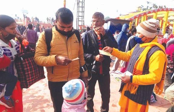 Shantikunj volunteers distributed masks among devotees