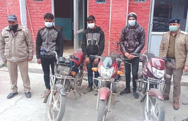 मोबाइल फोन छीनने और बाइक चुराने के आरोप में गिरफ्तार