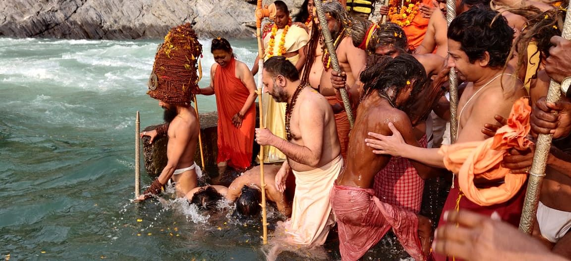 Saints and saints performed the first royal bath in Kumbhanagri Devprayag