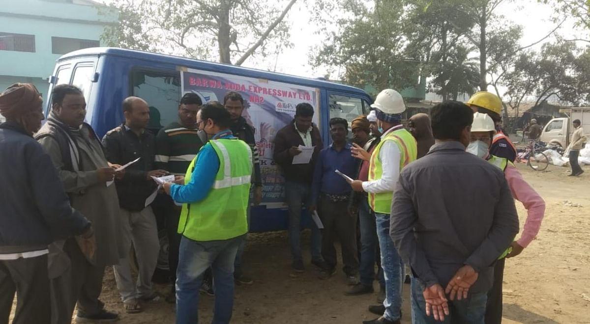 एनएचएआई टीम ने सड़क सुरक्षा के बारे में जागरूक किया