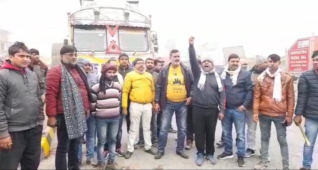 सरकार के कानून के खिलाफ ट्रक एसोसिएशन की हड़ताल, मुज़फ़्फ़रपुर में सड़क पर लगी ट्रकों की लम्बी कतार