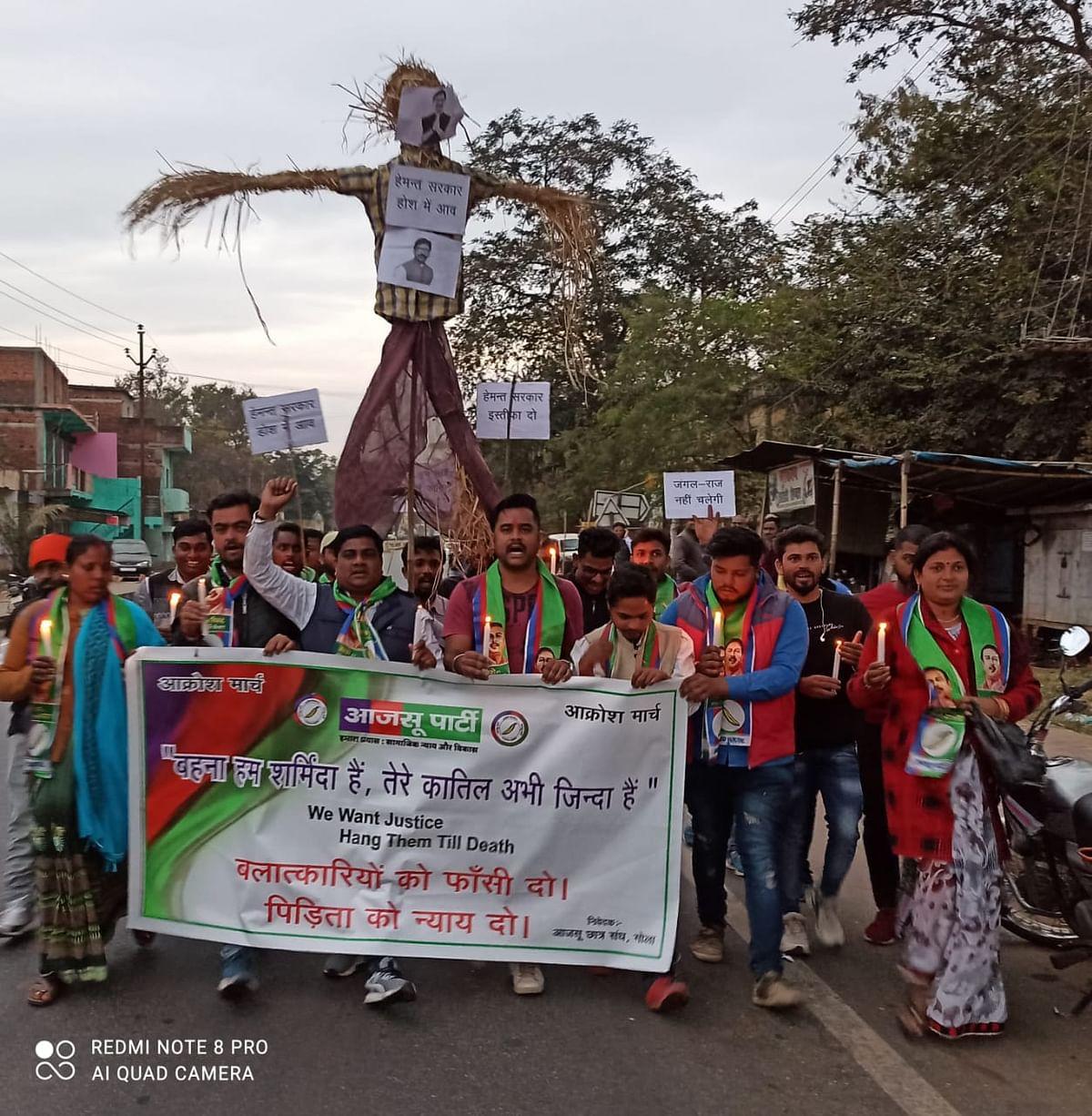 ओरमांझी निर्भया कांड से आक्रोशित आजसू छात्र संघ ने फूंका सीएम का पुतला