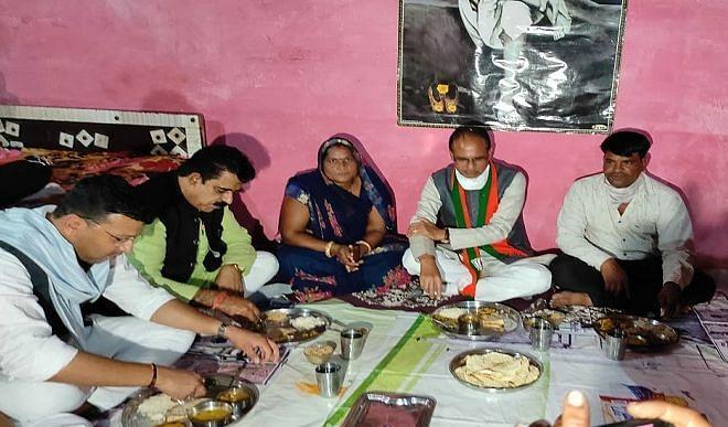 मुख्यमंत्री चौहान ने राधाबाई के यहाँ खाया खाना, पक्का मकान बनाने के दिए निर्देश