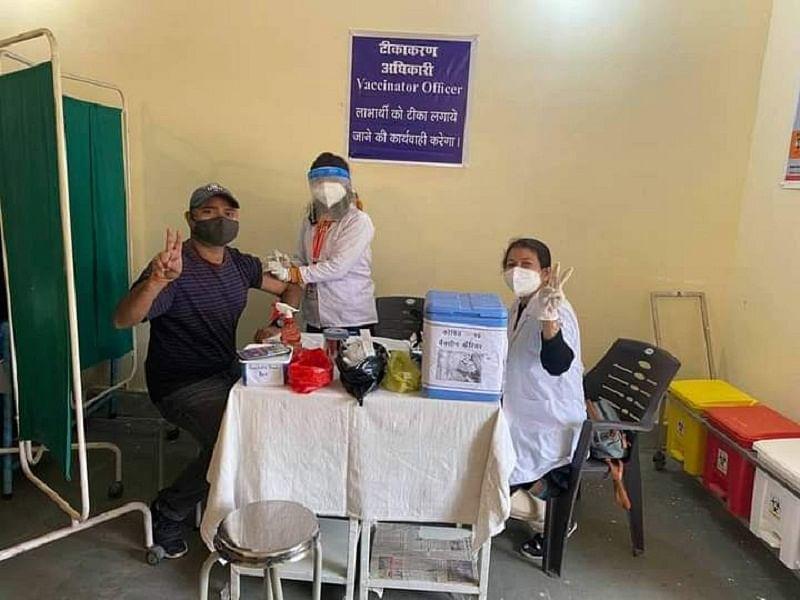 चंपावत जिला अस्तपाल में पहला टीका पर्यावरण मित्र विपिन कुमार को लगा