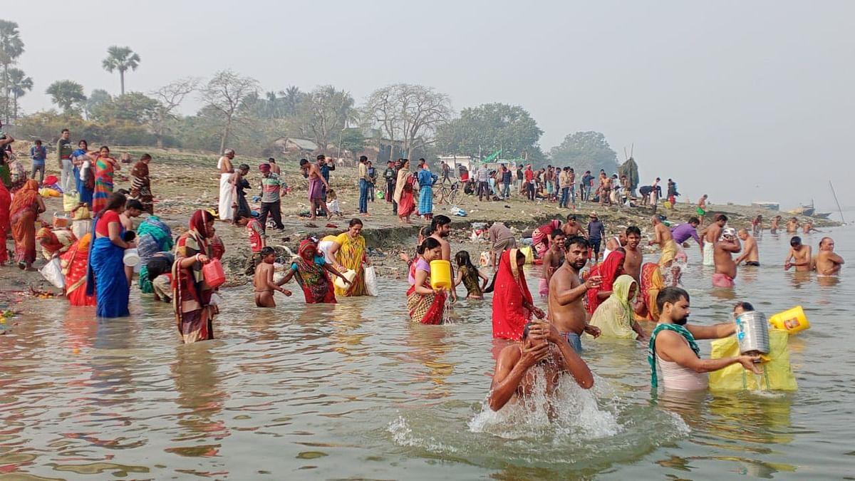 मकर संक्रांति को लेकर गंगा स्नान के लिए उमड़ी श्रद्धालुओं की भीड़, पतंगबाजी की रही होड़