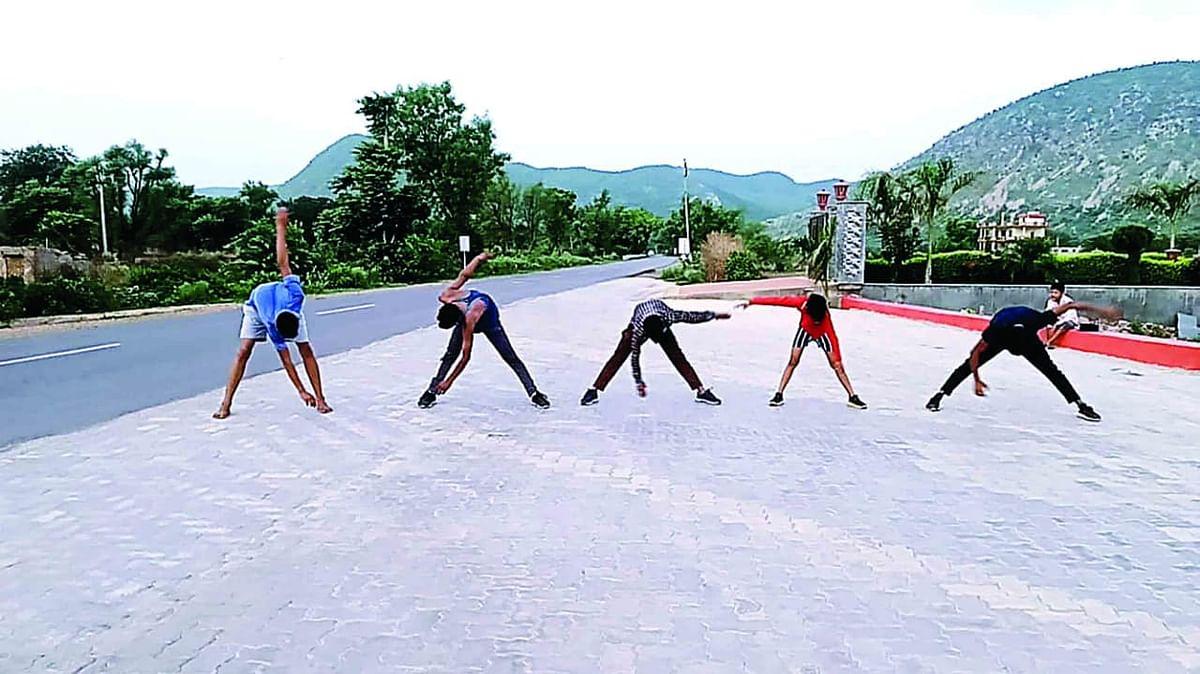 अलवर में ग्रामीण क्षेत्रों के युवा ट्रैक के अभाव में रोड़ पर दौड़ने को मजबूर