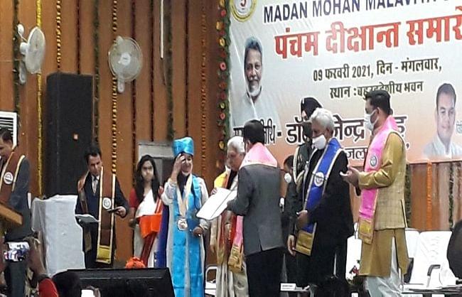 गोरखपुर : हमें आदर्श नागरिक बनाती है शिक्षा  - आनंदीबेन पटेल