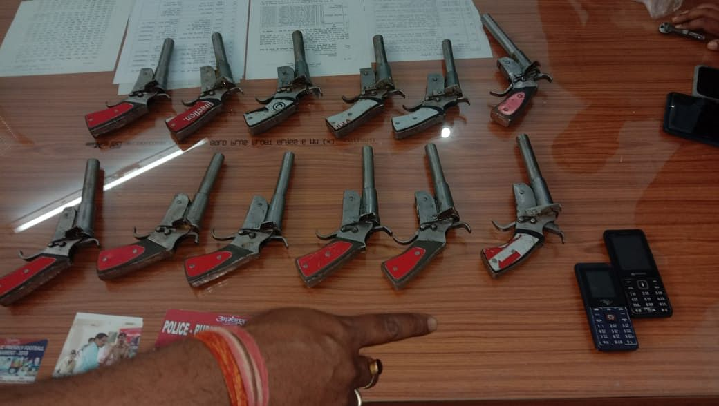 बारह निर्मित देसी पिस्तौल के साथ दो शस्त्र-तस्कर गिरफ्तार