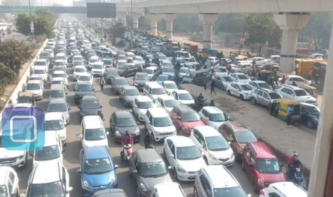 anand-vihar-border-sealed-jammed-throughout-the-day-people-are-distraught