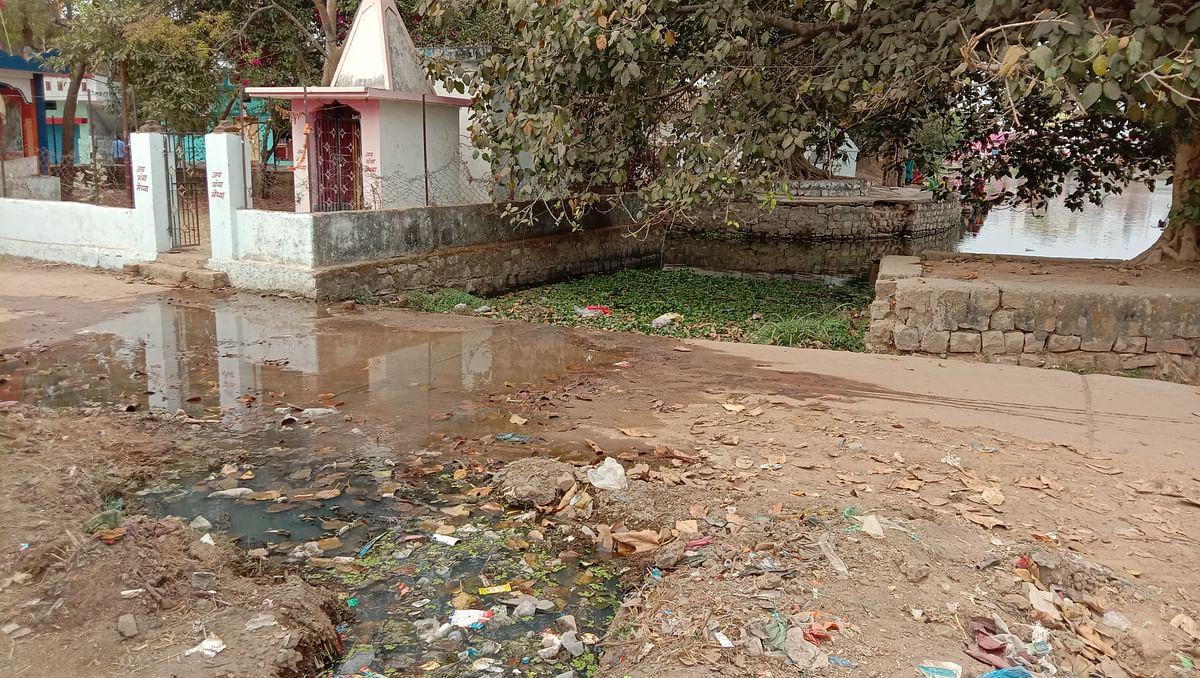 धमतरी : गोकुलपुर वार्ड के तालाब में जा रहा निकासी नाली का पानी, वार्डवासी शिकायत करते थक चुके