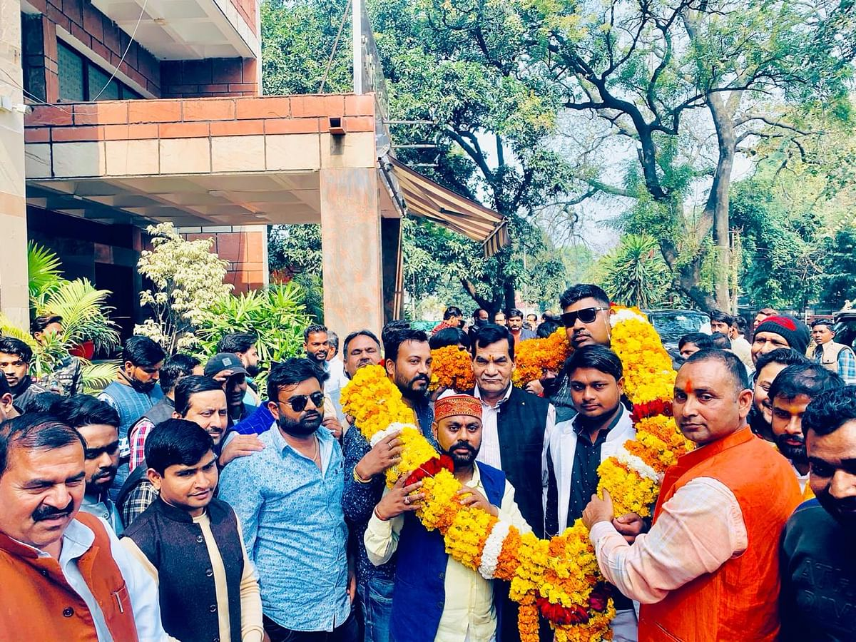 धोबी समाज ने एमएलसी अरविंद शर्मा को पहनायी 21 किलो की माला