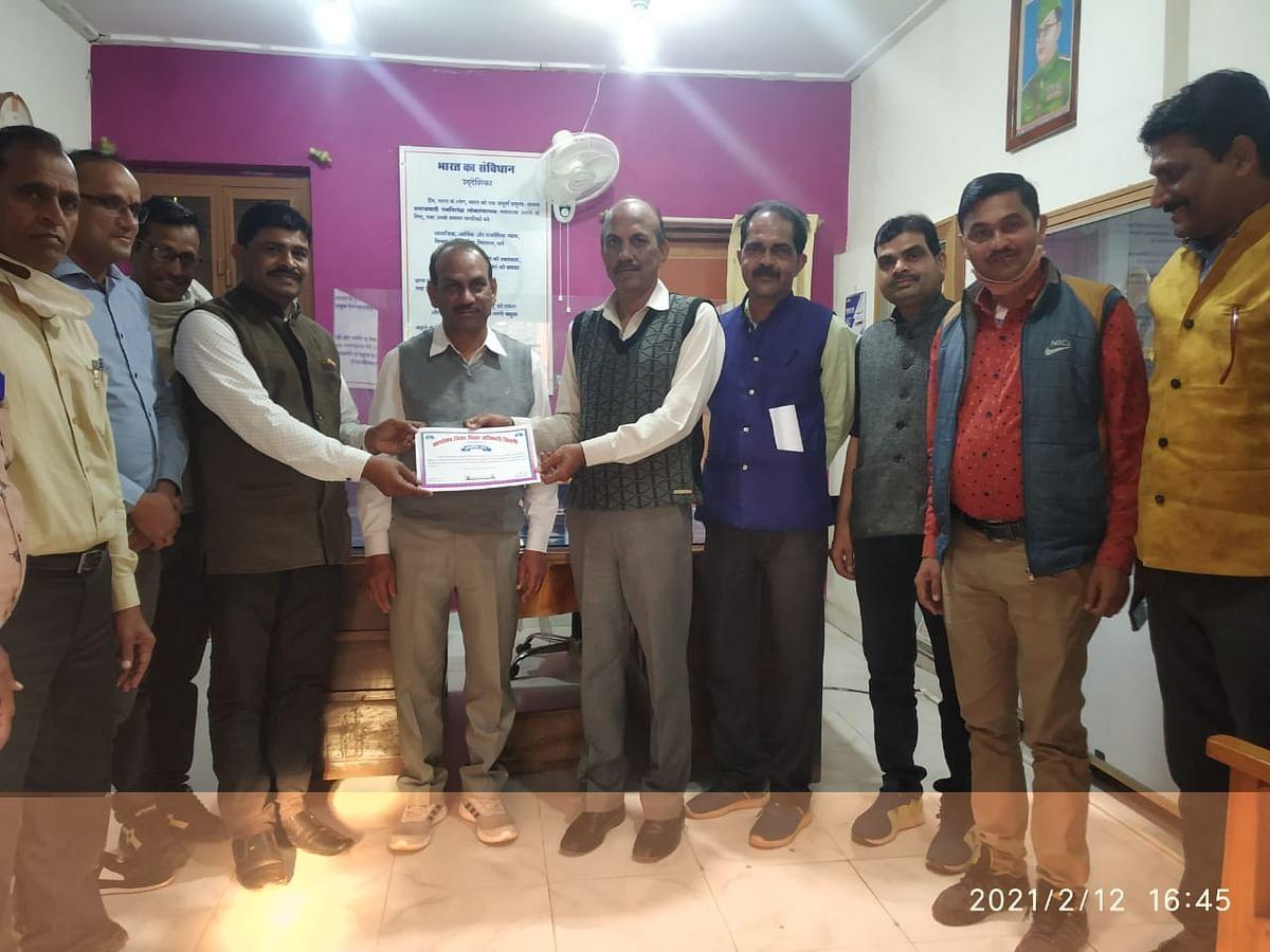 पर्यावरण विशेषज्ञ शिक्षक गुमान सिंह को डीईओ ने किया सम्मानित