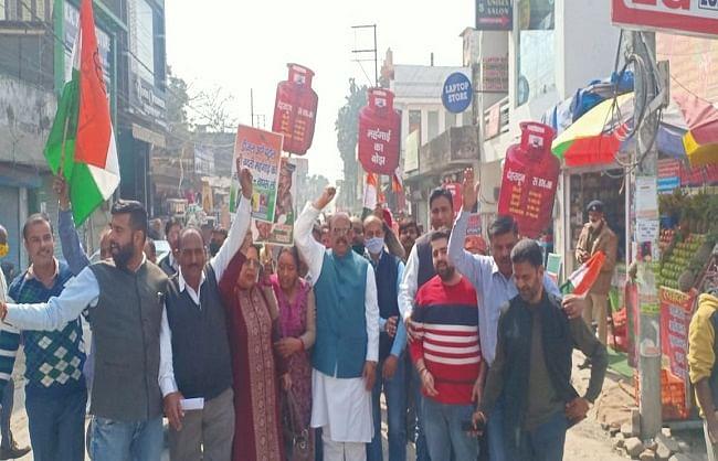 कांग्रेस ने ब्लॉक स्तर पर पदयात्रा और प्रदर्शन कर आंदोलन को किया तेज