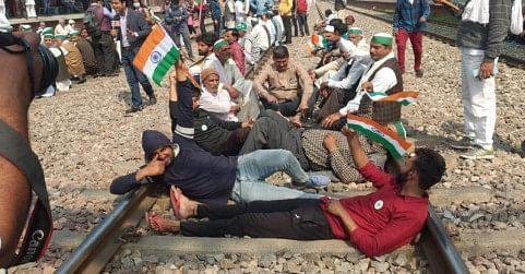 उप्र : किसानों ने मोदीनगर में ट्रैक पर लेटे किसान, मुरादनगर में  रखे पत्थर