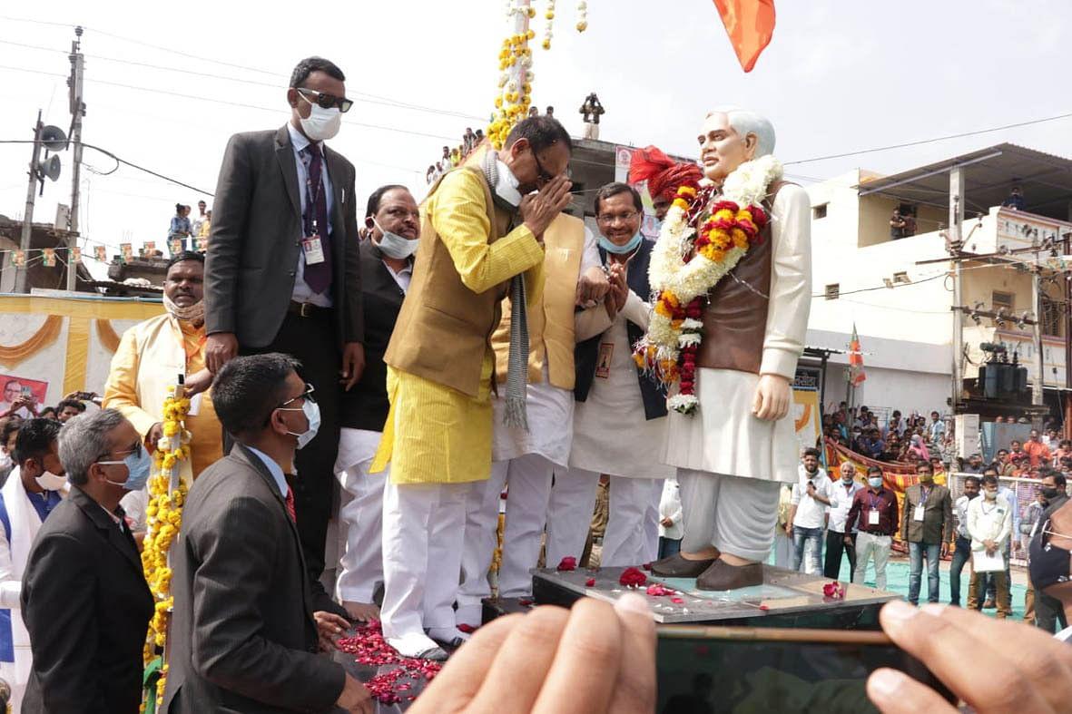 मुख्यमंत्री ने रतलाम के पलसोड़ा में अटलजी की प्रतिमा का अनावरण किया