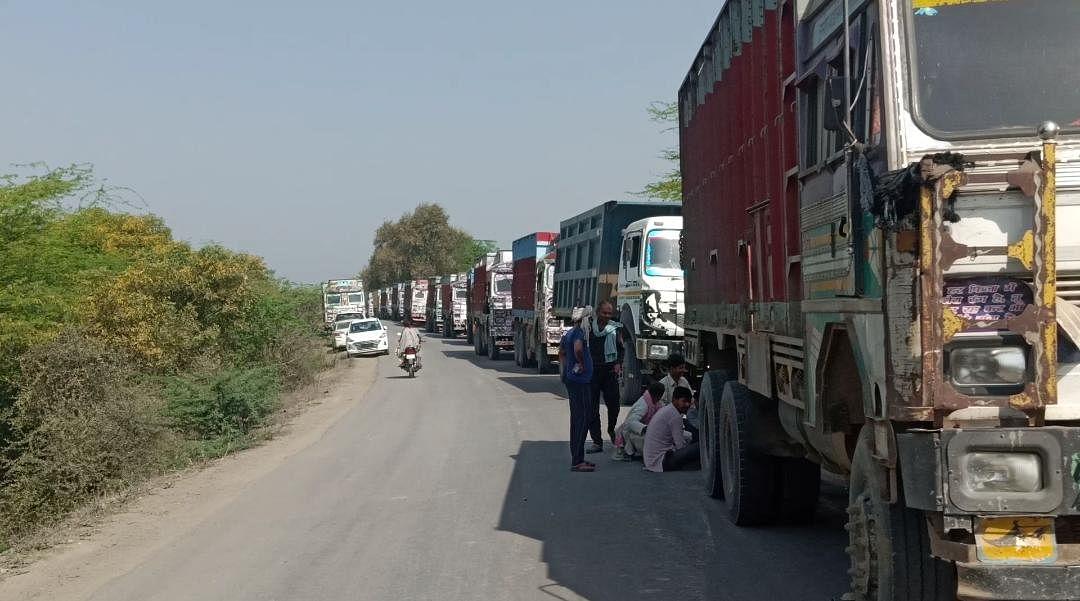मौरंग के 50 ओवर लोड ट्रक सीज, लाखों रुपये का जुर्माना