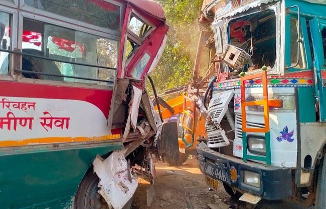 मीरजापुर : रोडवेज बस और ट्रक की सीधी भिड़ंत, 18 यात्री घायल