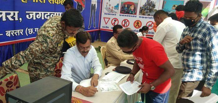 जगदलपुर : राष्ट्रीय सड़क सुरक्षा माह में भरवाया गया पांच सौ लर्निंग लाइसेंस फॉर्म