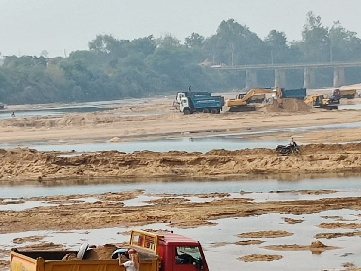 रेत ठेकेदार की मशीनें खदानों की सीमा लांघ निर्धारित क्षेत्र से बाहर कर रहीं खनन