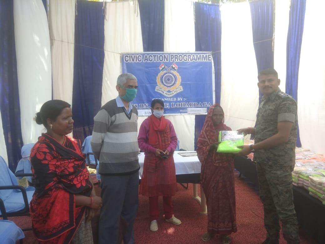 सीआरपीएफ ने किया असहायों को बीच मच्छरदानी व कंबल वितरण