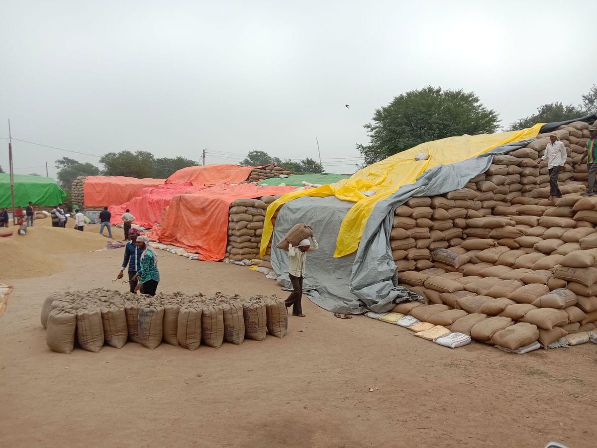 धमतरी:मौसम ने ली करवट, आसमान में छाए बादल, धान खरीद केंद्रों धान की सुरक्षा चुनौती