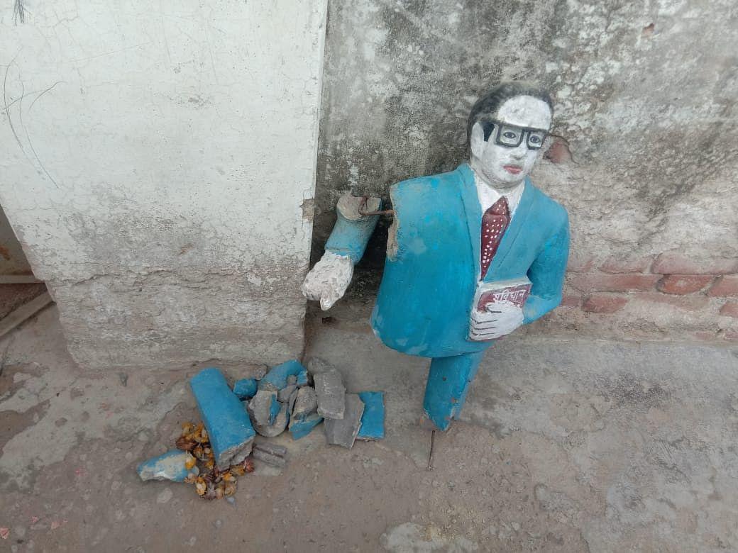 औरैया : नशे में धुत्त शराबी ने अम्बेडकर की मूर्ति पर गिर जाने से मूर्ति टूटी