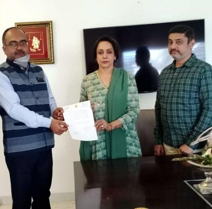 उप्र ब्रज तीर्थ विकास परिषद की ब्रांड एम्बेसडर बनी सांसद हेमामालिनी, सौंपा सहमति पत्र