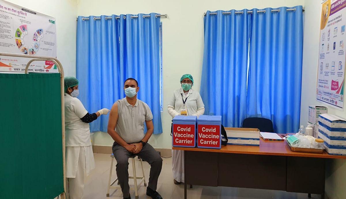 कोविड टीकाकरण का दूसरा चरण शुरू, डीएम बने प्रथम लाभार्थी