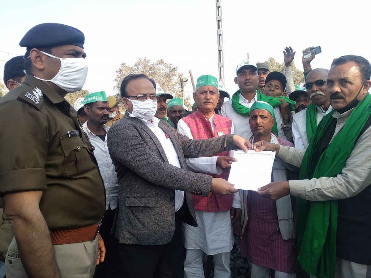 फतेहपुर: रेलवे ट्रैक में पहुंचकर भाकियू राष्ट्रीयता वादी गुट ने कृषि कानून का किया विरोध, एसडीएम को सौंपा ज्ञापन