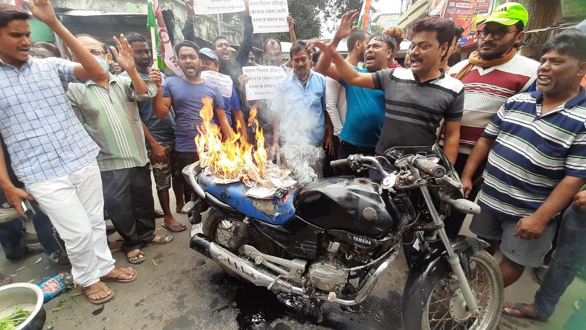 बाइक जलाकर हुआ डीजल-पेट्रोल की बढ़ती कीमतों का विरोध