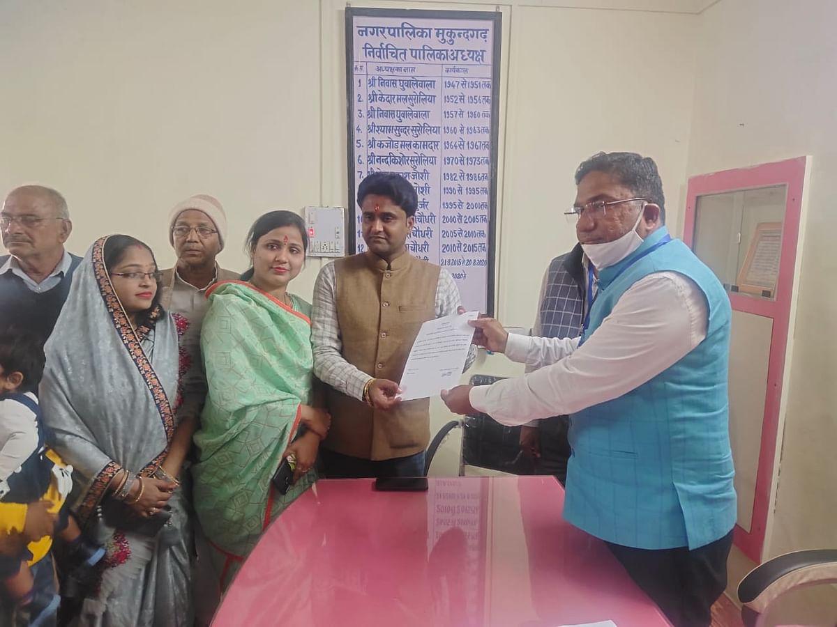 मुकुंदगढ़ में कांग्रेस के मनीष चौधरी बने निर्विरोध चेयरमैन