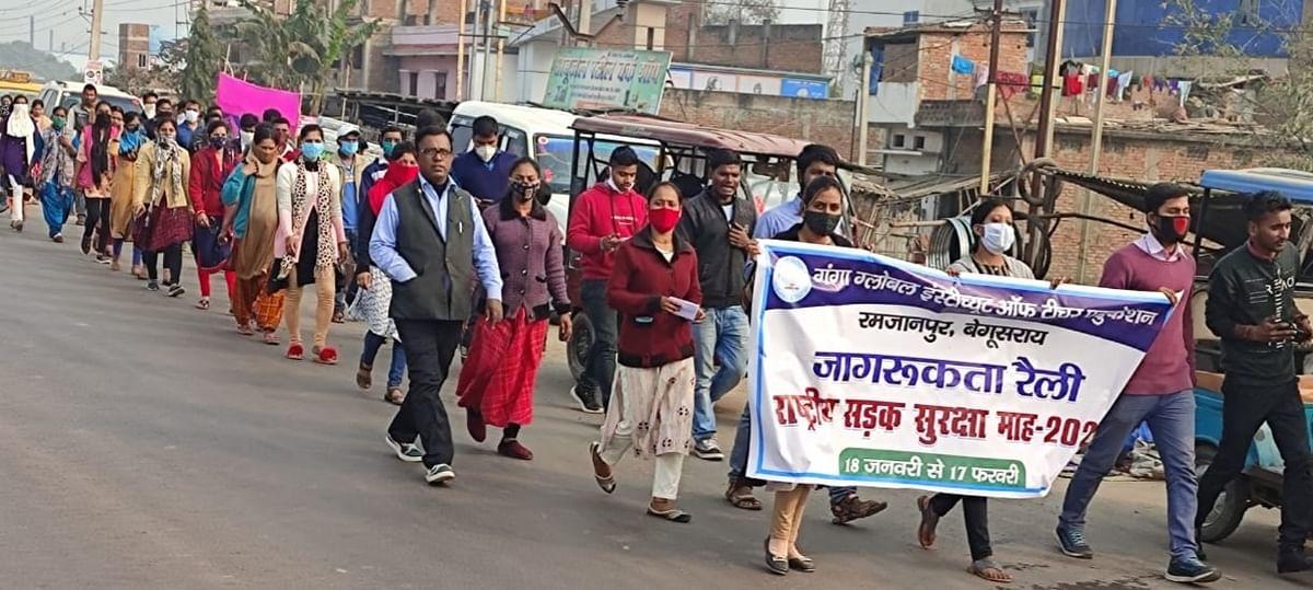 सड़क सुरक्षा के लिए प्रशिक्षुओं ने निकाली जागरूकता रैली