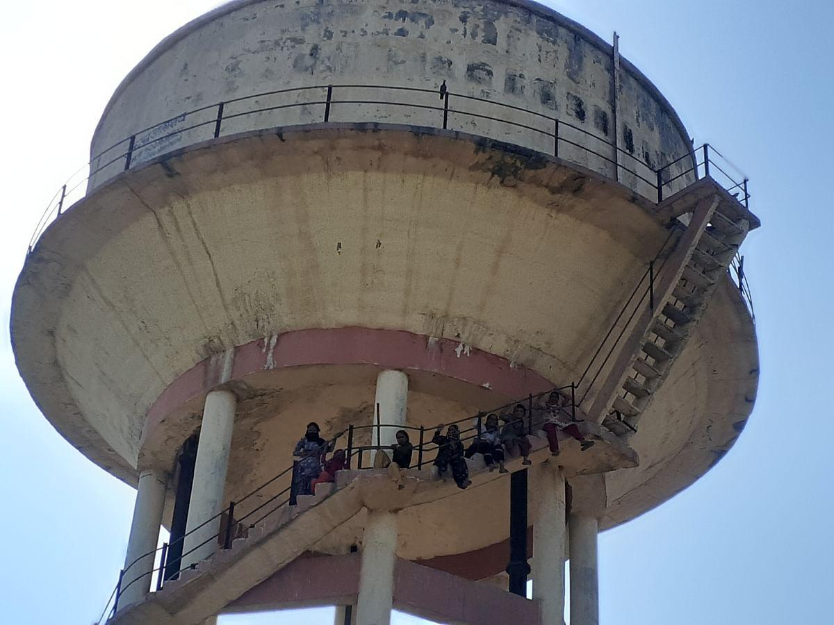 पानी की समस्या से परेशान महिलाएं चढ़ी टंकी पर, पुलिस ने समझाइश कर उतारा