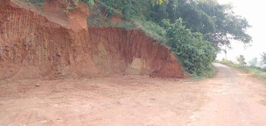 अवैध तरीके से पहाड़ी मिट्टी की कटाई का आरोप