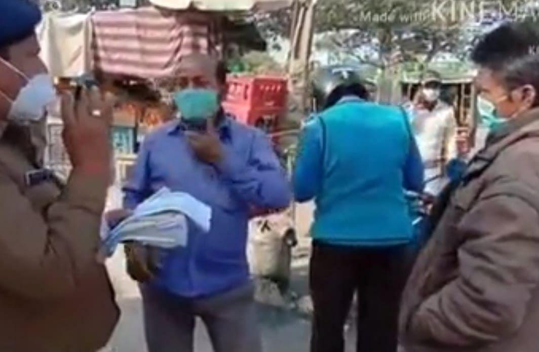बिना मास्क लगाने वाले लापरवाह लोगों के जगह -जगह चालान काटें गए