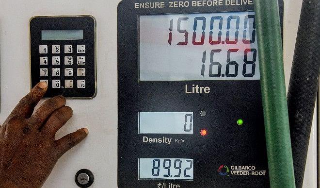 पेट्रोल की कीमतों में लगी आग, राजधानी दिल्ली में 19 रुपये हुआ महंगा