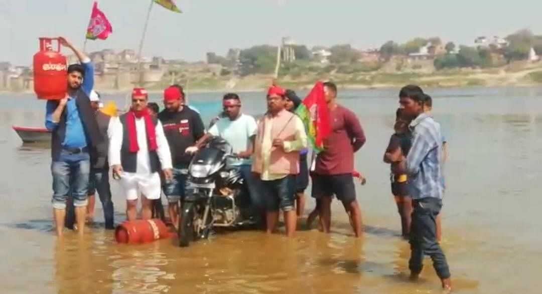 sapai-expressed-anger-over-rising-prices-of-petrol-diesel-and-lpg-immersed-motorcycles-and-gas-cylinders-in-ganga