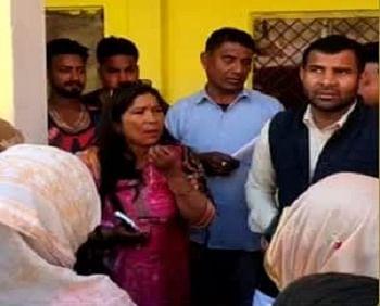 विधायक की पत्नी को गांववालों ने सुनाई खरी-खोटी