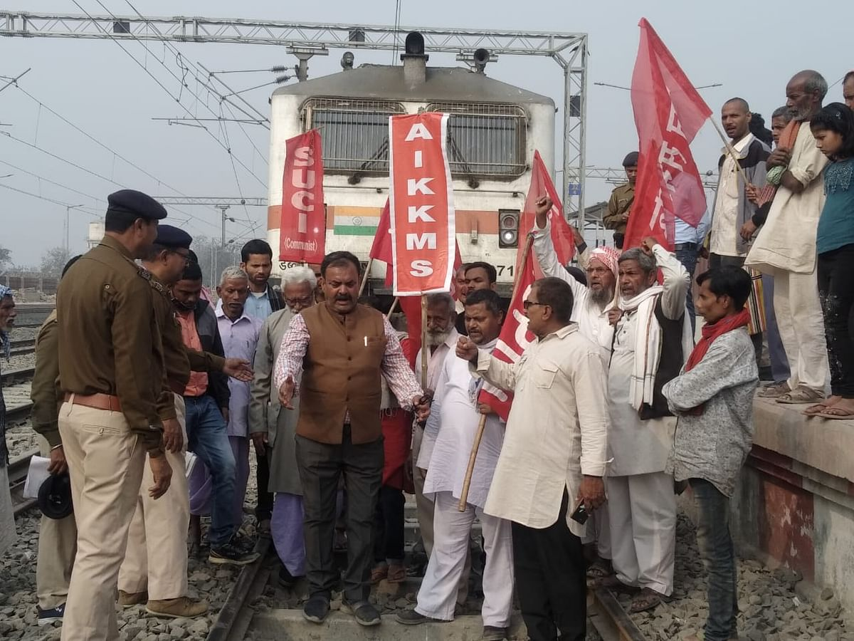 किसान आंदोलन के समर्थन में निकाला गया प्रतिवाद मार्च व रोकी गई ट्रेन