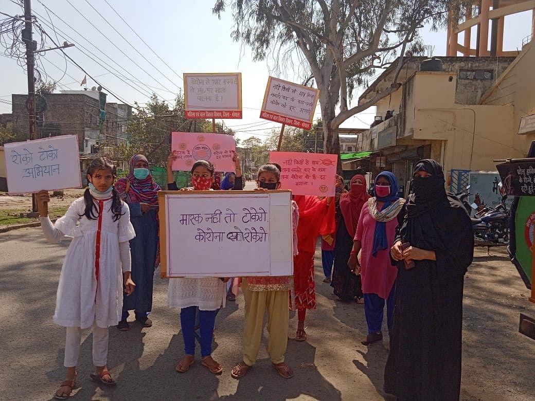 रोको-टोको अभियान : शौर्य दल और आंगनवाड़ी कार्यकर्ताओं ने निकाली मास्क जागरूकता रैली