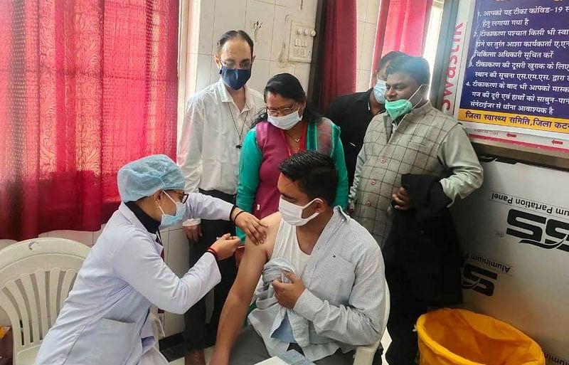 कटनी : कलेक्टर मिश्रा ने लगवाई कोविड-19 वैक्सीन, कहा- पूर्णतः सुरक्षित है टीका