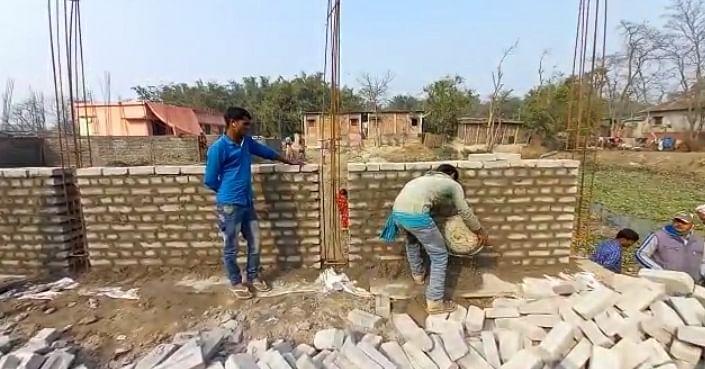 पंचायत भवन निर्माण में अनियमितता, कमजोर भवन हो सकती हुई जमीनदोज