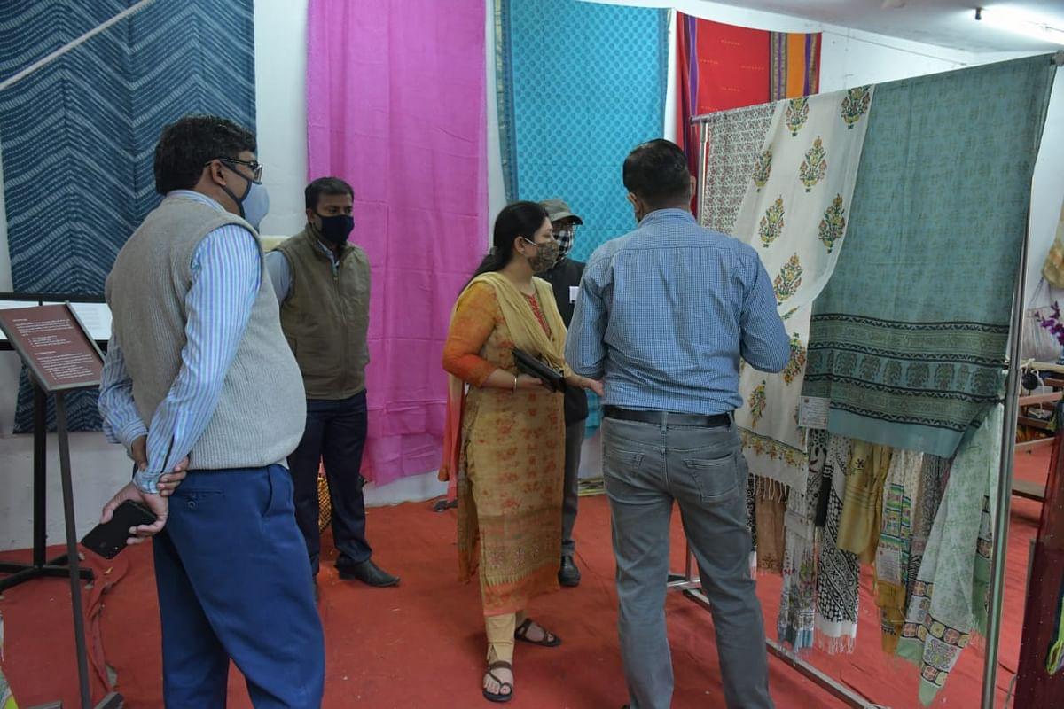 स्पेशल हैण्डलूम एक्सपो: राजस्थानी परंपरागत प्रिंट की साड़ियां और परिधान बन रहे हैं आकर्षण का केन्द्र