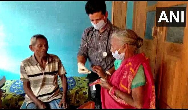 ओडिशा: यह डॉक्टर महज़ एक रुपये में कर रहे गरीबों का इलाज